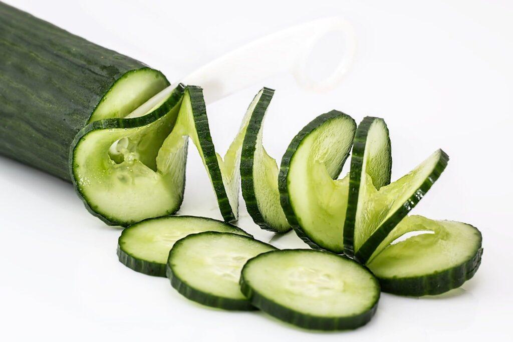 fines rondelles de concombre