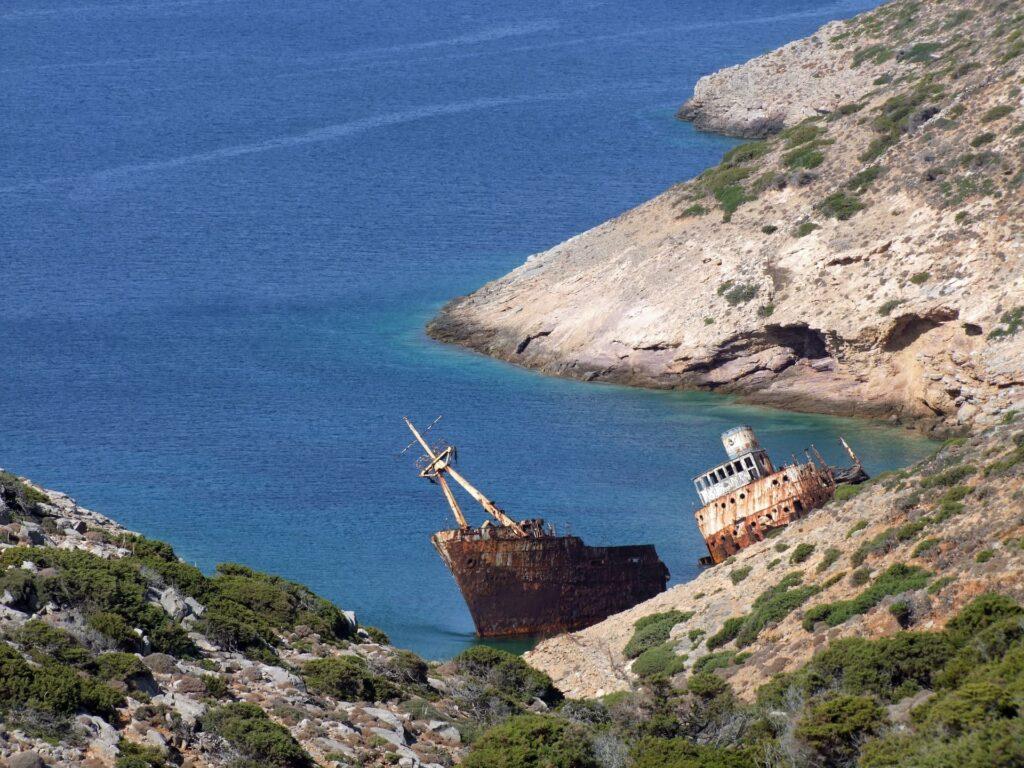 Une épave de bateau située à Amorgos dans les iles cyclades.