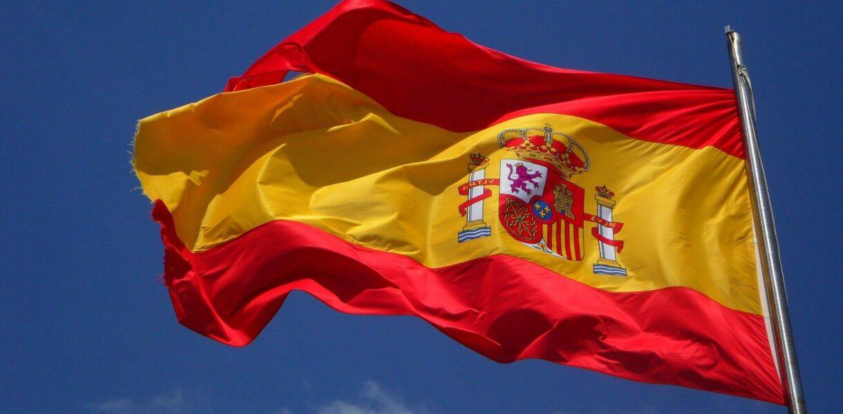 Un drapeau espagnol sous un ciel bleu